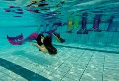 2 junge Mädchen mit Flossen als Meerjungfrau im Wasser schwimmend©Schwimmschule Bavaria