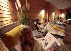 Frauen im Ruheraum der Sauna beim Zeitung lesen©Universitätsstadt Marburg