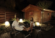 Saunagarten bei Nacht mit Personen