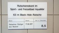 Das Foto zeigt das Schild, welches im Rutschbereich angebracht ist. Darauf steht, dass Sebastian Rüdiger aus Neuhof am 17.06.2017 den Rutschrekord mit 8,5 Sekunen aufgestellt hat.©Universitätsstadt Marburg - Rolf Klinge