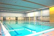 Sportbecken ohne Schwimmer.