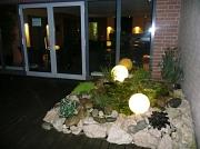 Springbrunnen im Saunagarten bei Nacht