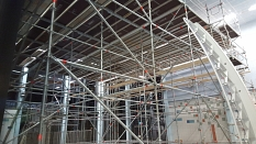 Die Sprunghalle im AquaMar mit dem Baugerüst zur Behebung der Schäden in der Dachkonstruktion©Universitätsstadt Marburg - Rolf Klinge