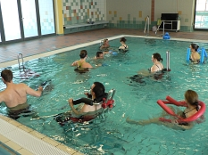 AquaMar - Teilnehmer am Aquaback-Kurs im Lehrschwimmbecken©Universitätsstadt Marburg