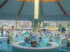 Viele Teilnehmer bei der Wassergymnastik im Aktionsbecken des AquaMar©Universitätsstadt Marburg - Rolf Klinge