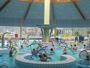Viele Teilnehmer bei der Wassergymnastik im Aktionsbecken des AquaMar