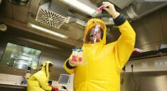 Mann arbeitet im BSL-4 Labor