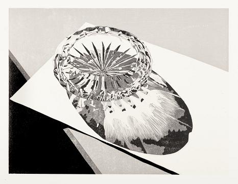 Linolschnitt in schwarz-weiß von Philipp Hennevogl mit Kristallglasaschenbecher auf hellem Untergrund und Schattenspiel©Philipp Hennevogl