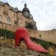 roter Schuh vor dem Schloss