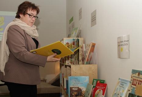 Auch Stadträtin Kirsten Dinnebier folgte bei der Eröffnung der Aufforderung, zu stöbern und zu lesen.©Stadt Marburg, i.A. Heiko Krause