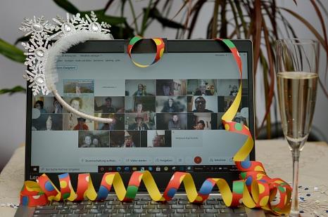 Auch wenn es in diesem Jahr nur digital möglich war – Hahn- und Magistratsorden wurden in Marburg trotzdem verliehen. Per Internet haben alle Beteiligten auf die Entfernung miteinander geschunkelt und gefeiert.©Nadja Schwarzwäller i.A.d. Stadt Marburg