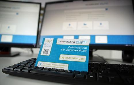 Auf der neuen Plattform digital.marburg.de hat die Stadt ihre Online-Dienste zusammengefasst. Damit noch mehr Bürger*innen das Angebot nutzen, informiert die Verwaltung darüber mit Aushängen, Postkarten und natürlich online.©Stefanie Profus, i.A.d. Stadt Marburg