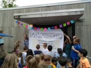 Aufhängen des Banners an der Erich Kästner-Schule
