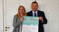 Oberbürgermeister Dr. Thomas Spies (r.) und Dr. Griet Newiger-Addy, Leiterin der Bürgerinnen- und Bürgerbeteiligung der Stadt, haben das Programm der Auftaktveranstaltung zur Bürgerinnen- und Bürgerbeteiligung am 29. April vorgestellt.