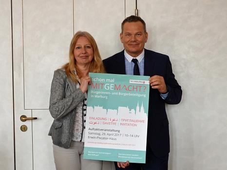 Oberbürgermeister Dr. Thomas Spies (r.) und Dr. Griet Newiger-Addy, Leiterin der Bürgerinnen- und Bürgerbeteiligung der Stadt, haben das Programm der Auftaktveranstaltung zur Bürgerinnen- und Bürgerbeteiligung am 29. April vorgestellt.©Stadt Marburg, Philipp Höhn