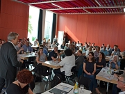 Um gemeinsam eine kooperierende Sozialplanung zu entwickeln, begrüßte Oberbürgermeister Dr. Thomas Spies (l.) rund 100 Vertreterinnen und Vertreter von Vereinen, Einrichtungen aus der Gemeinwesenarbeit sowie interessierte Bürgerinnen und Bürger im Erwin-P