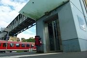 Die äußeren Schachttüren des Aufzugs am Ortenbergsteg sind aus Metall, die inneren Kabinentüren aus Glas. Beides erneuert die Stadt ab 28. August.