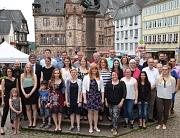 Die Ausbildung bei der Stadt Marburg haben 11 junge Menschen erfolgreich abgeschlossen. Mit den Ausgebildeten freute sich Bürgermeister Dr. Franz Kahle (2. Reihe, 2. v. l.) gemeinsam mit Ausbildungsleiterin Silke Fischer-Stamm (l.), dem Leiter Personal-,