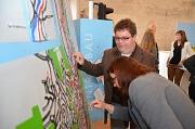 Auf dem großen taktilen Stadtplan der Universitätsstadt findet man durch Tasten zum Ziel. Stadträtin Dr. Kerstin Weinbach und Thorsten Büchner verschafften sich einen Überblick über Marburg.