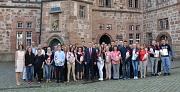 Oberbürgermeister und Personaldezernent Dr. Thomas Spies (Mitte) hieß zusammen mit der Ausbildungsleiterin der Stadt, Silke Fischer-Stamm (l.), die neuen Auszubildenden bei der Stadt Marburg willkommen.