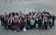 """Frühere und aktuelle Auszubildende der Stadt Marburg sagten mit ihrem Gruppenbild dem ehemaligen Stadtoberhaupt """"Danke""""."""