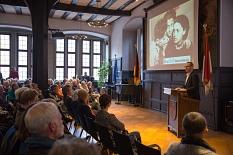 Autor Alwin Meyer berichtete vor mehr als 150 Zuhörerinnen und Zuhörern von seinen Recherchen und von den unvorstellbaren, grausamen Geschichten, die ihm die überlebenden Kinder von Auschwitz erzählt haben.©Stadt Marburg, Patricia Grähling
