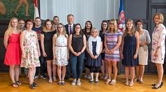 Oberbürgermeister Dr. Thomas Spies (8. v. l.) und weitere Vertreterinnen und Vertreter der Stadtverwaltung sowie des Personalrats feierten gemeinsam mit den ehemaligen Auszubildenden ihren Abschluss.