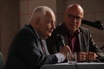 Der Wissenschaftler und Publizist Professor Dr. Alfred Grosser (links) im Gespräch mit Kulturamtsleiter Richard Laufner.