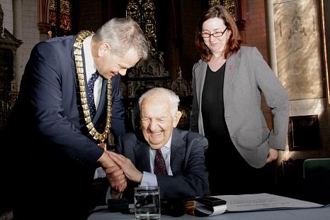 Unter den Augen von Oberbürgermeister Dr. Thomas Spies und Stadträtin Dr. Kerstin Weinbach trug sich Professor Dr. Alfred Grosser ins Goldene Buch der Universitätsstadt Marburg ein.