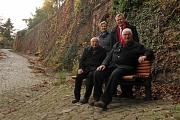Oberbürgermeister Dr. Thomas Spies (hinten rechts) weihte zusammen mit Ilka Wolkau, Otto Gessner, Mitglied des Seniorenbeirats (vorne links), und dessen Vorsitzenden Hans-Joachim Wölk die neuen Bänke ein.