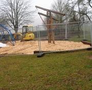 hinter einem Bauzaun steht ein Bagger am Spielplatz der Grundschule Cyriaxweimar