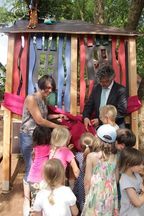 Die Kinder in Michelbach zeigten Bürgermeister Dr. Franz Kahle ihr neues Solar-Baumhaus©Stadt Marburg, i. A. Heiko Krause