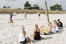 Im Vordergrund sitzen einige Jugendliche, die anderem beim Volleyball am Strand zuschauen.©Universitätsstadt Marburg