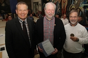 Oberbürgermeister Dr. Thomas Spies (von links) zeichnete im Rahmen einer Behindertenratssitzung Franz-Josef Visse mit der Goldenen Ehrennadel der Stadt Marburg aus. Dr. Heinz-Willi Bach erhielt für seine Verdienste das Historische Stadtsiegel.