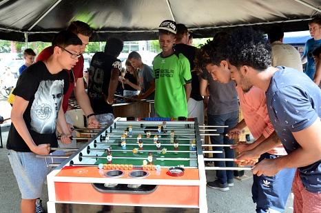 """Beim """"Kick and Cake"""" in Marburg ging es rund: Die Jugendlichen spielten ein spannendes Tischkicker-Turnier.©Nadja Schwarzwäller i.A.d. Stadt Marburg"""