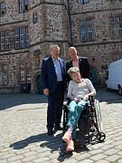 Oberbürgermeister Dr. Thomas Spies (l.) informiert gemeinsam mit dem DHH-Landesvorsitzender Thomas Rauch (r.) und seiner Frau über die Huntington-Krankheit.