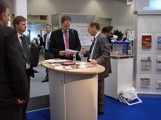 Herr Liprecht (rechts) befindet auf der ExpoReal 2006 in einem Beratungsgespräch.©Universitätsstadt Marburg