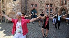 Bereits im vergangenen Jahr hat Lilo Hübner-Schlirf (v. l.) Qi Gong auf dem Marktplatz angeboten, nun wird das offene und kostenlose Bewegungsangebot der Stadt fortgesetzt.