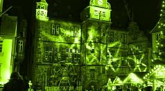 """Bereits seit mehreren Jahren beteiligt sich die Universitätsstadt am internationalen Aktionstag """"Cities for Life"""" – """"Städte für das Leben"""" und beleuchtet aus diesem Anlass das Rathaus grün."""