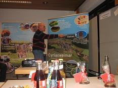 Bernd stellt anhand von 2 Plakaten Dorfentwicklung vor©Bernd Weimer