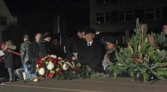 Oberbürgermeister Dr. Thomas Spies und Stadtverordnetenvorsteherin Marianne Wölk beim stillen Gedenken nach der Kranzniederlegung.