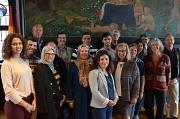 Bürgermeister Dr. Franz Kahle (hinten 2. von rechts) und Stadtverordnetenvorsteherin Mari-anne Wölk (1. Reihe rechts) begrüßten die Gäste aus Sfax, die mit den Gastgeberinnen und Gastgebern des Freundeskreises Marburg-Sfax und weiteren Marburger Ansprechp