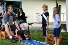 Ein Betreuer zeigt Kindern, wie die Rollenrutsche funktioniert.©Universitätsstadt Marburg