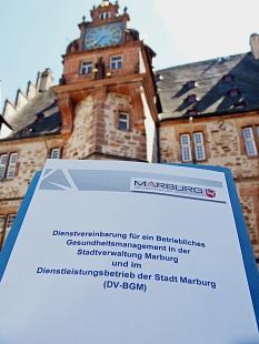 Gesund am Arbeitsplatz. Zwölf Jahre nach der ersten Vereinbarung modernisiert die Universitätsstadt Marburg ihr Betriebliches Gesundheitsmanagement mit einer neuen Dienstvereinbarung.©Simone Schwalm, Stadt Marburg