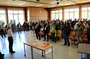 """Bewegung gegen Rückenschmerzen: Die Kaufmännischen Schulen Marburg starten mit dem """"moving""""-Programm. Getestet hat es auch Oberbürgermeister Dr. Thomas Spies."""