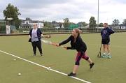 Theresa Hilberg (links) und Stephanie Deuermeier (rechts) probierten beim Bewegungs- und Gesundheitstag die Wurftechnik beim Lacrosse aus.