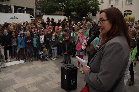 Stadträtin Dr. Kerstin Weinbach eröffnete die neue Bewegungslandschaft der Otto-Ubbelohde-Schule und lobte den großen Arbeitseinsatz.©Stadt Marburg, i. A. Heiko Krause