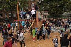 Gleich nach der Einweihung eroberten die Grundschulkinder auf dem Schulhof ihre neue Bewegungslandschaft.©Stadt Marburg, i. A. Heiko Krause