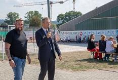 OB Dr. Thomas Spies (rechts) und Gesamtpersonalratsvorsitzender Martin Kaiser eröffnen den Gesundheits- und Bewegungstag des Gesamtpersonalrats der Stadt Marburg.©Stadt Marburg, Patricia Grähling