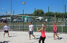Auf dem Beachvolleyballfeld haben die Spieler*innen noch einmal den Sommersport genossen.©Thomas Steinforth, Stadt Marburg
